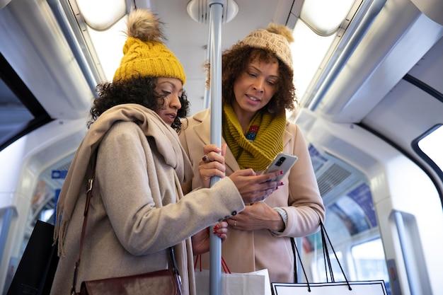 Среднего роста женщины в общественном транспорте