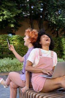 Женщины среднего кадра смеются