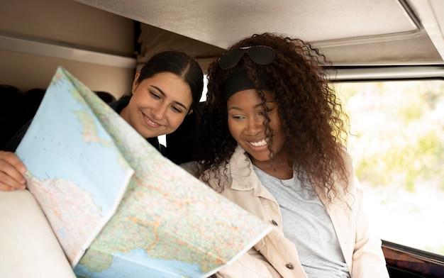 地図を見ているミディアムショットの女性