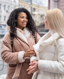 Женщины среднего кадра на улице