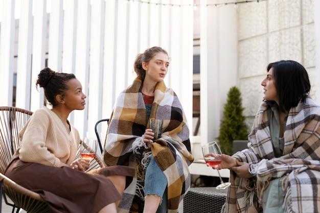 屋外でミディアムショットの女性