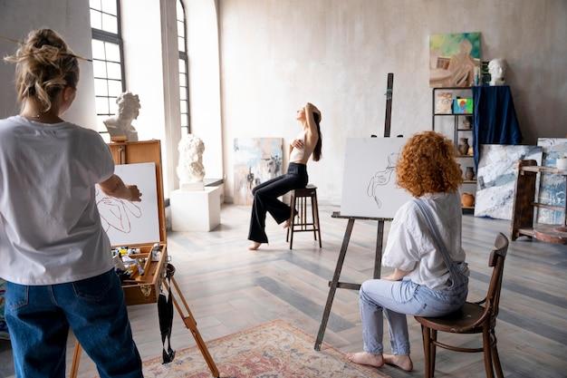Dipinto di donne a colpo medio