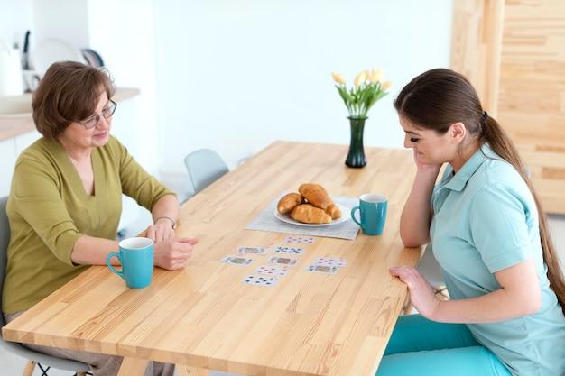 중간 샷 여성 카드 놀이