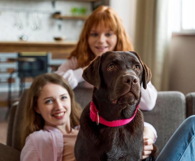 犬とポーズをとるミディアムショットの女性