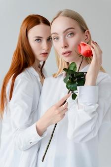 バラでポーズをとるミディアムショットの女性