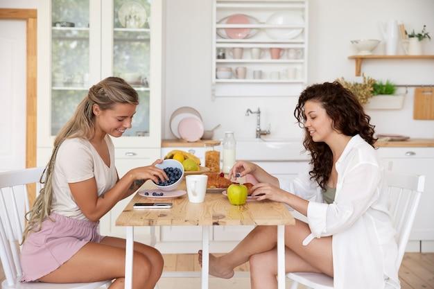 Среднего роста женщин, сидящих за столом