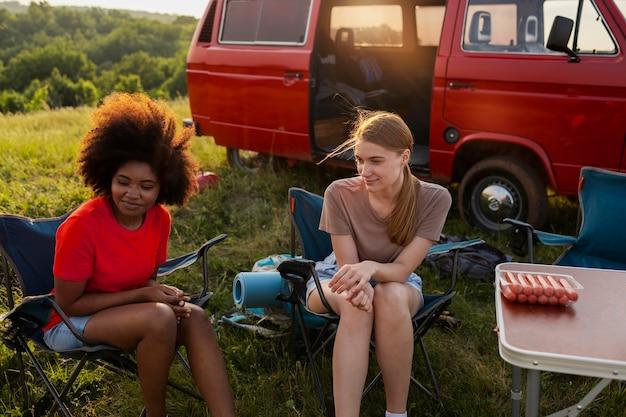 椅子に座っているミディアムショットの女性