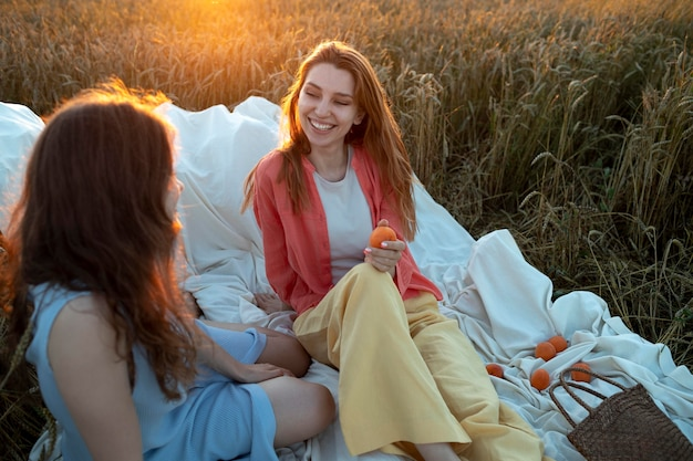 屋外に座っているミディアムショットの女性