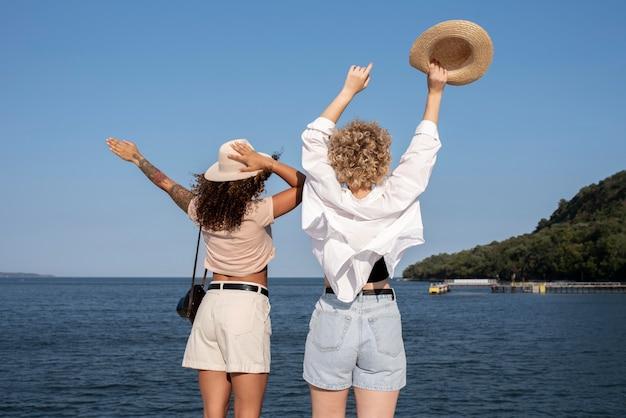旅行中のミディアムショットの女性