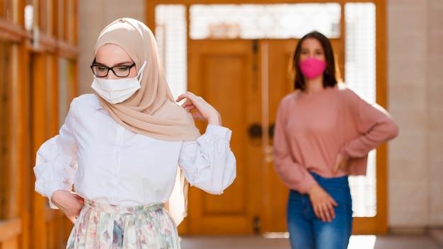 Среднего выстрела женщины в масках