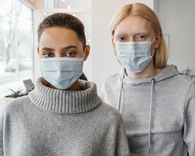 마스크를 쓰고 중간 샷 여성