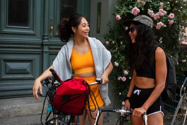 Donne di tiro medio con le biciclette