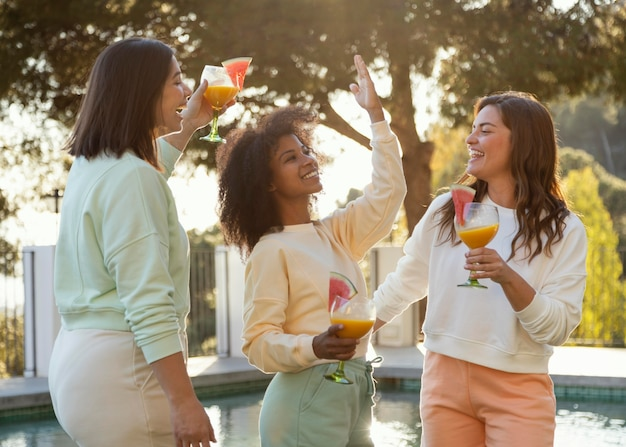 음료와 함께 중간 샷 여성