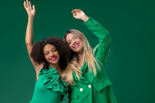 緑の背景を持つミディアムショットの女性