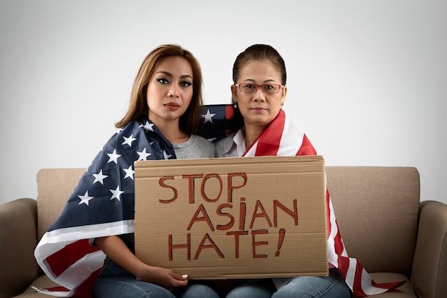 Женщины среднего кадра с плакатом