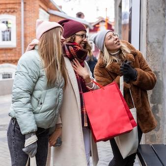 중간 샷 여성 쇼핑백