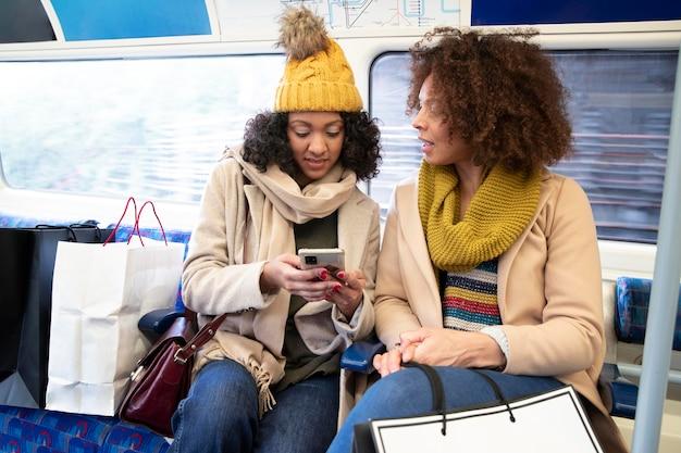 Женщины среднего кадра со смартфоном
