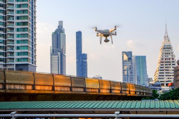中型ドローンクアッドコプタータイプで、バンコク市内を夕方に調査するために上空を飛行