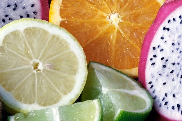 먹을 준비가 된 다양한 식용 과일의 메들리