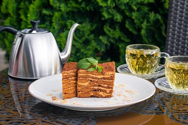 パン粉で覆われたメドビックケーキ、2カップ