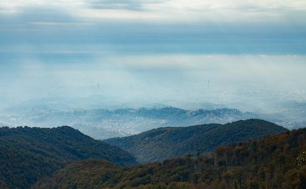 霧の秋の天候でザグレブクロアチアの山medvednicaのハイアングルショット