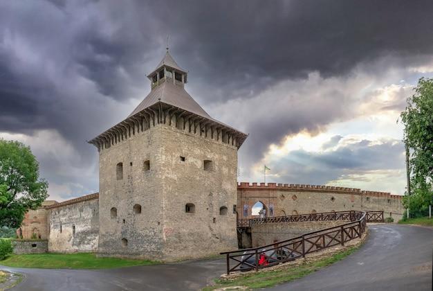 Medzhybish, 우크라이나 05.07.2021. 흐린 여름 아침에 우크라이나의 포돌리아 지역에 있는 메지비시 요새의 큰 탑