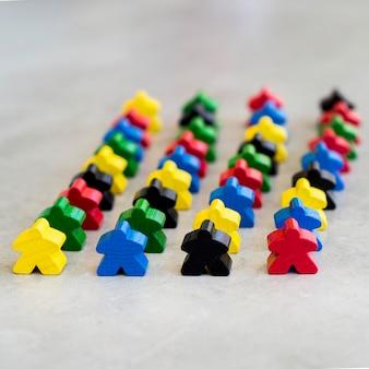 机の上のmeepleボードゲームの駒