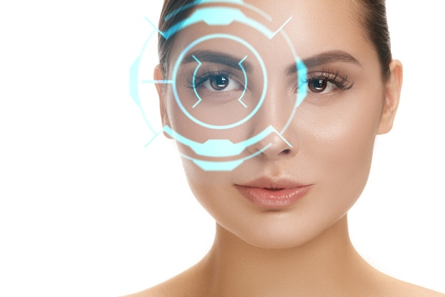 미래를 만나보세요. 사이버 기술 눈 패널, 사이버 공간 인터페이스, 안과 개념을 가진 여자. 현대 식별, 눈 치료, 초점을 가진 아름다운 여성의 눈. 시각 효과.