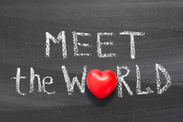 学校の黒板に手書きされた世界のフレーズに会う