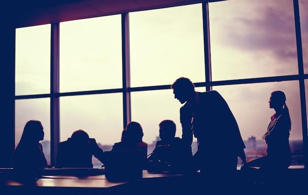 窓に近いミーティング