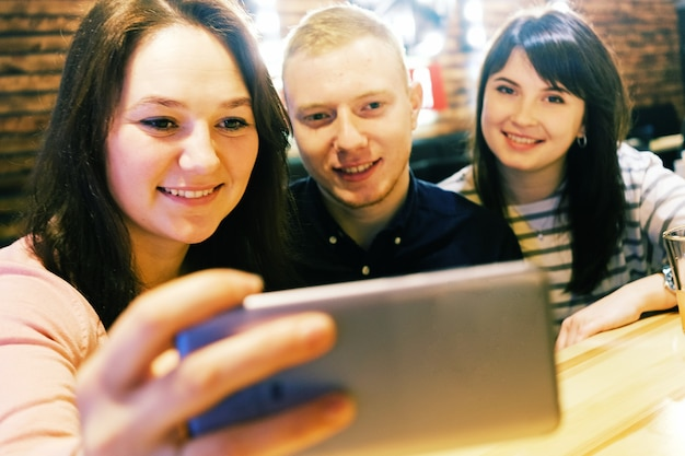 カフェで友達に会い、自分撮りをして笑顔