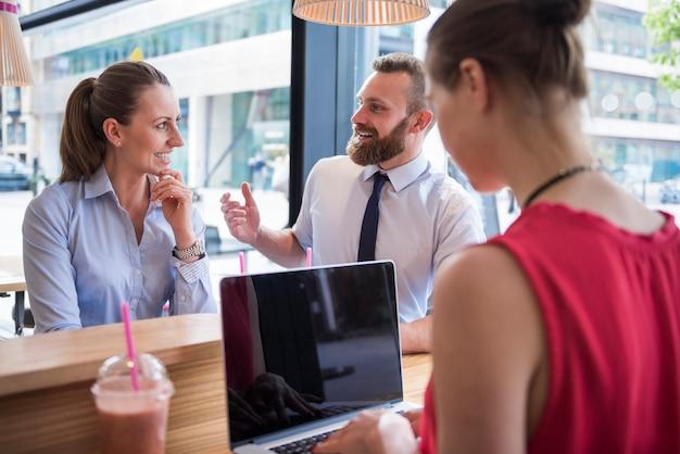 Riunione di giovani imprenditori di gruppo
