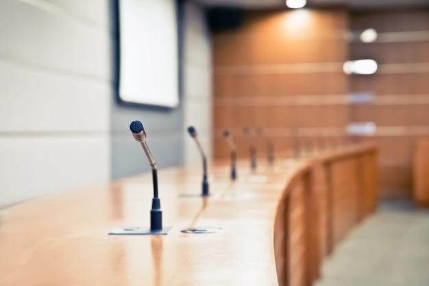 Встреча микрофона на столе в зале заседаний.