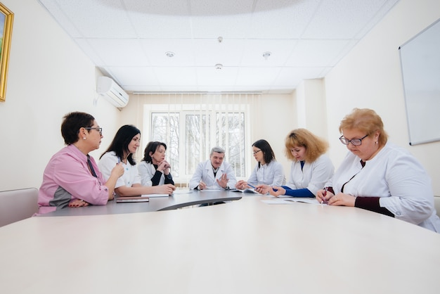 ウイルスの流行について診療所での医師会議。ウイルス、流行、検疫。