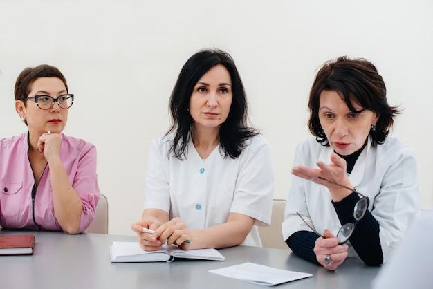 ウイルスの流行についてクリニックでの医師会議。ウイルス、流行、検疫。