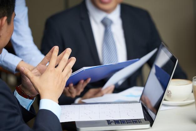 財務マネージャーの会議