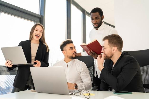 オフィスでのチームのミーティング