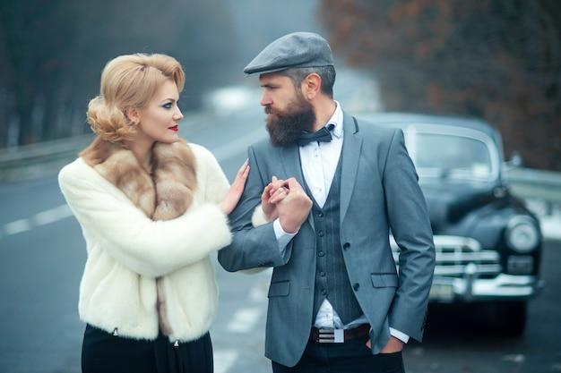 Встреча женщины в шубе и бородатого мужчины. встреча и свидание влюбленной пары.