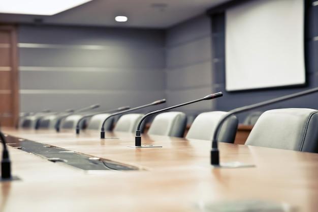 Конференц-зал и профессиональная встреча микрофон.
