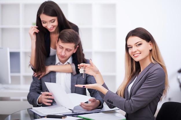 사무실에서 에이전트와의 만남, 임대 아파트 또는 주택 구입, 거래를 성사 할 준비가 된 부동산 구매자,