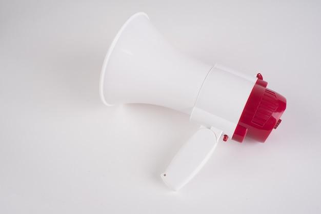 Громкоговоритель мегафона изолированный на белизне - путь клиппирования.