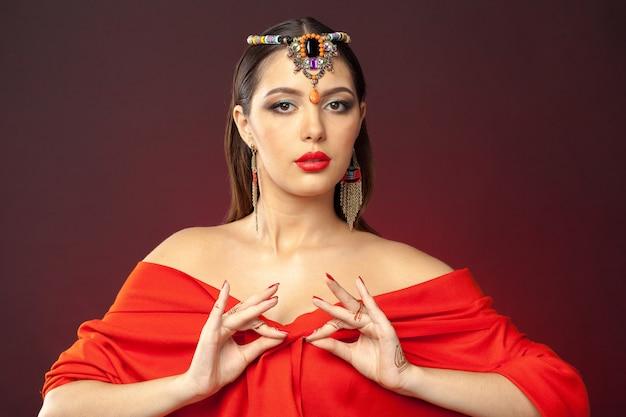 Mehendiとオリエンタルスタイルの美しい女性