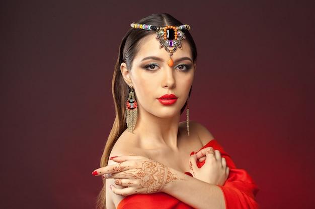 暗闇の中でmehendiとオリエンタルスタイルの美しい女性