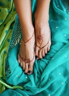 インドの女性の足の一時的な刺青