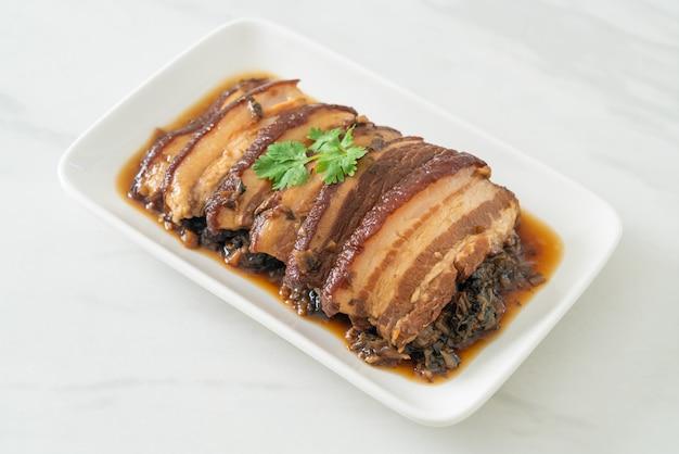 Mei cai kou rou 또는 swatow 겨자 양배추를 곁들인 배삼겹살 요리법 - 중국 음식 스타일