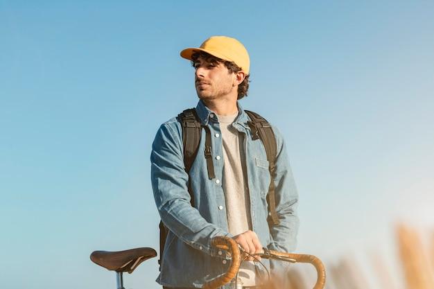 Meidum 야외에서 자전거를 타는 남자