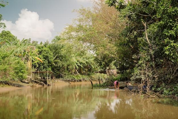 베트남 남부의 메콩강 삼각주는 수상시장 방문객들에게 인기 있는 관광지입니다.