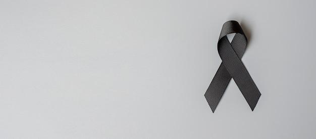 흑색 종 및 피부암, 백신 부상 인식의 달 및 평화 개념의 휴식. 회색 바탕에 검은 리본