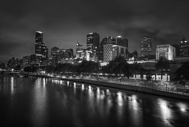 メルボルン、オーストラリア-2014年12月11日:夕暮れ時のヤラ川沿いのメルボルンのスカイラインの白黒画像。