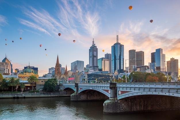 オーストラリアの夕暮れのメルボルン市のスカイライン
